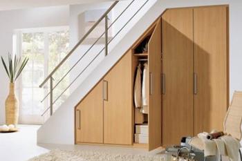 Как самостоятельно сделать под лестницей шкаф?