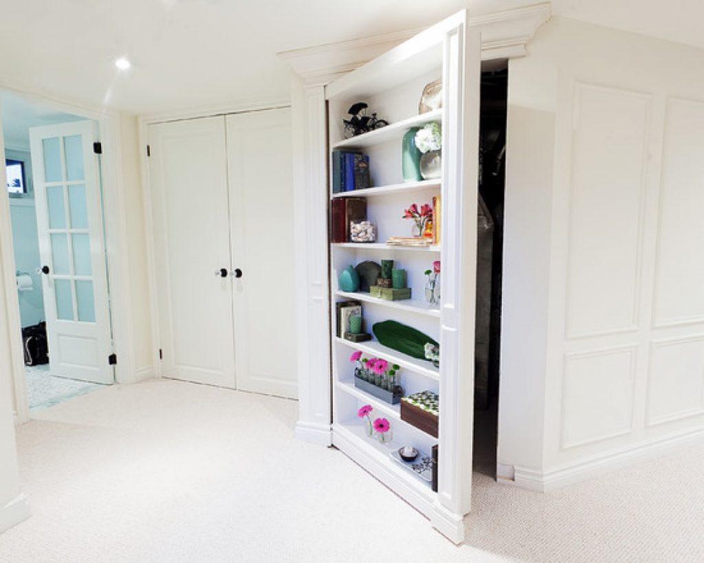 потайная дверь в гардеробную комнату