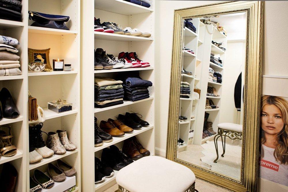 Большое зеркало в гардеробной