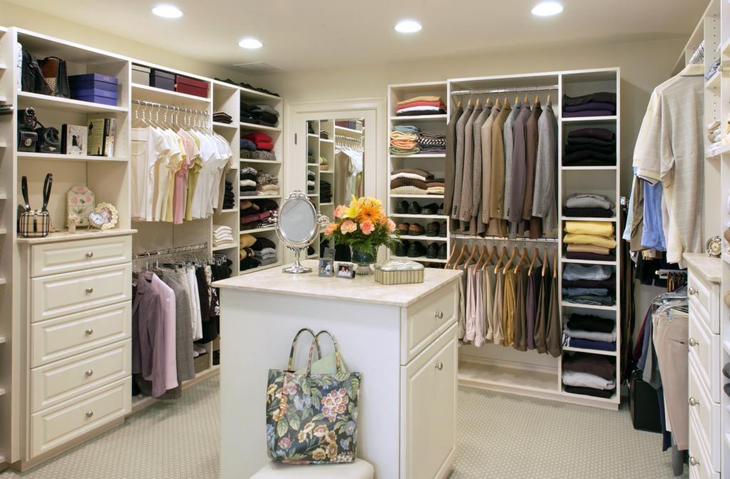 Большая гардеробная комната для всей семьи