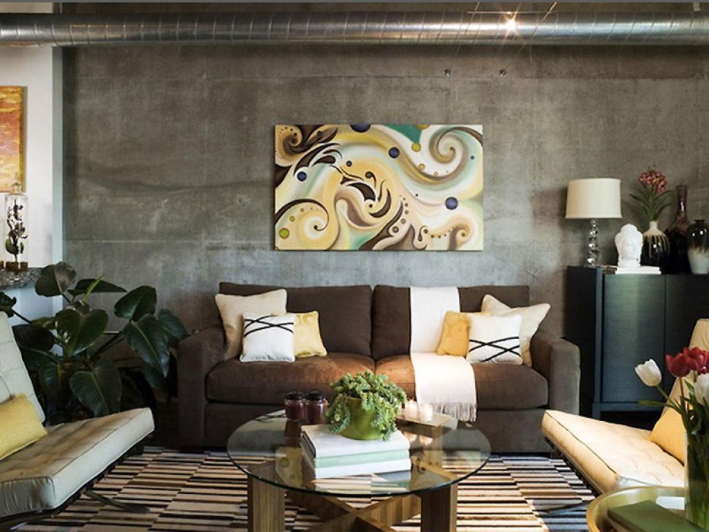Оформление стены над диваном в гостиной принципы и