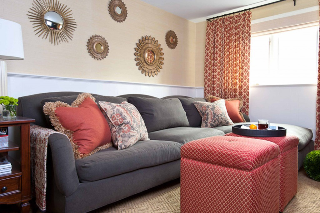 Зеркала над диваном оформляют стену