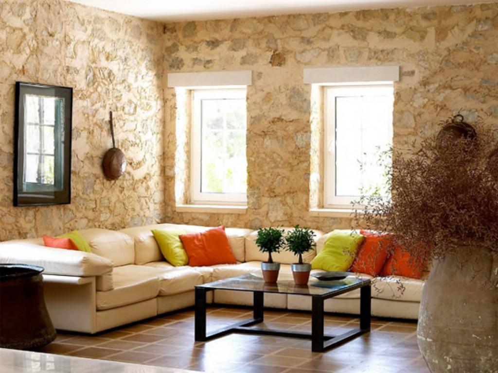 Зеркало в раме для оформления стены в гостиной над диваном