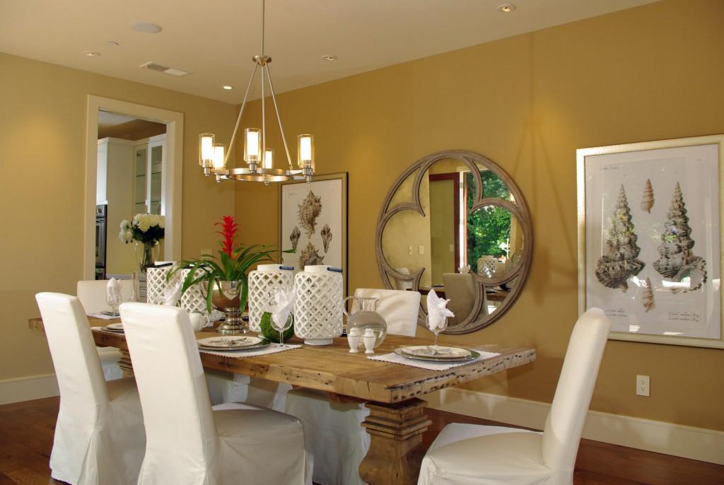Интерьер столовой с картинами на стенах