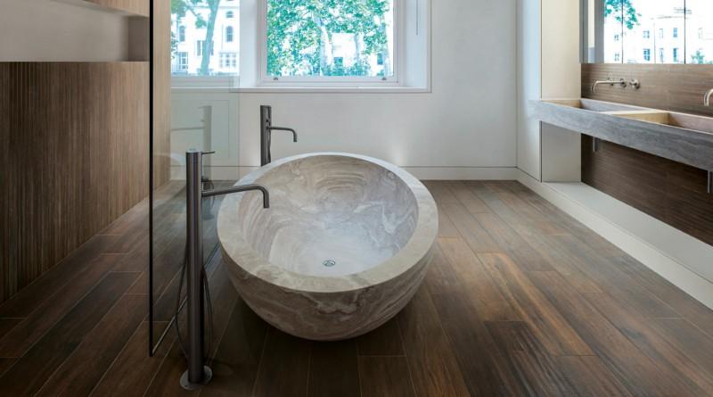 Интерьер ванной комнаты: камень и дерево в оформлении.