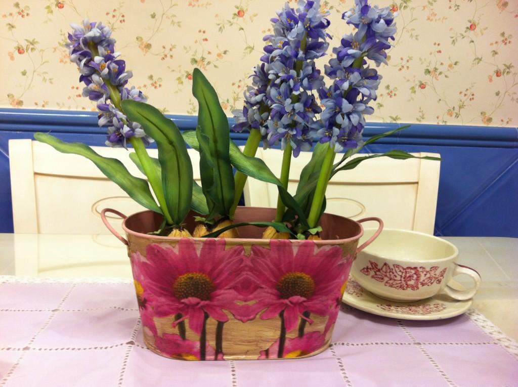 Первоцветы в кашпо с декупажем