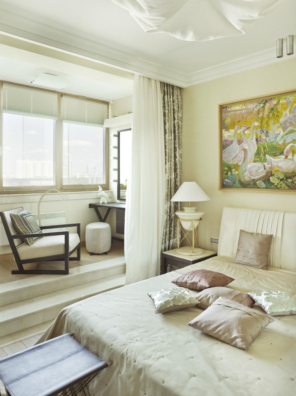 Интерьер спальни совмещенной с балконом..