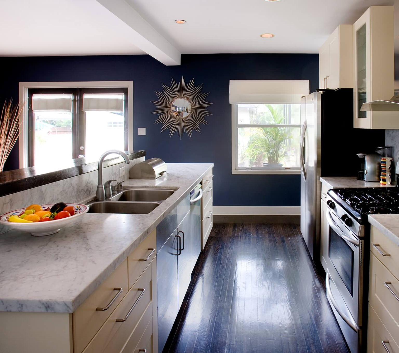 Темная стена в интерьере на кухне