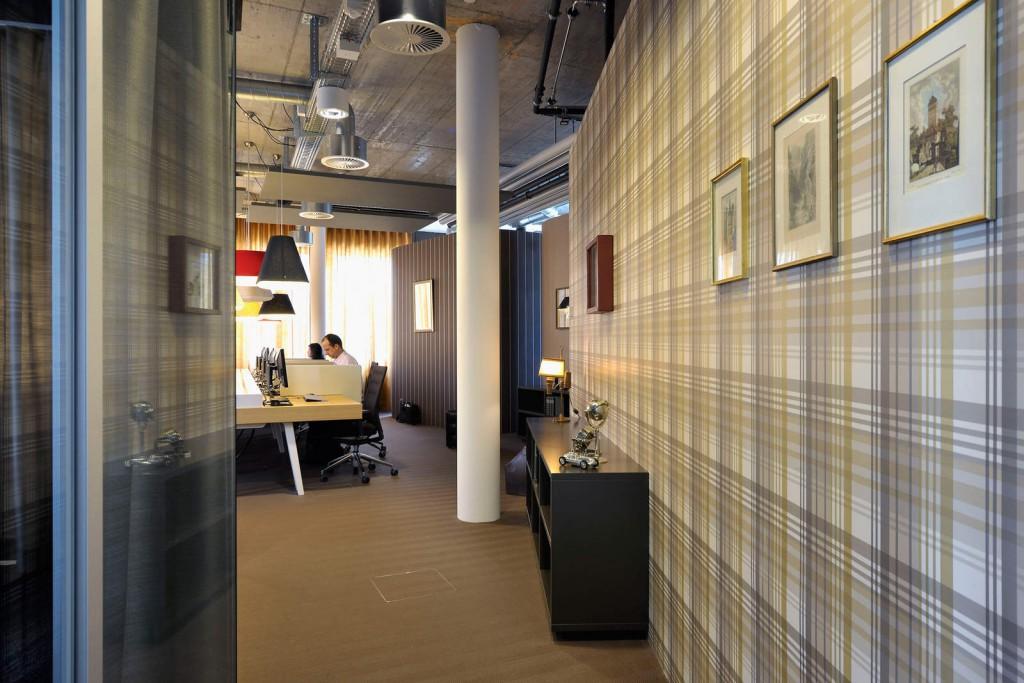 Дизайн обоев в маленьком коридоре