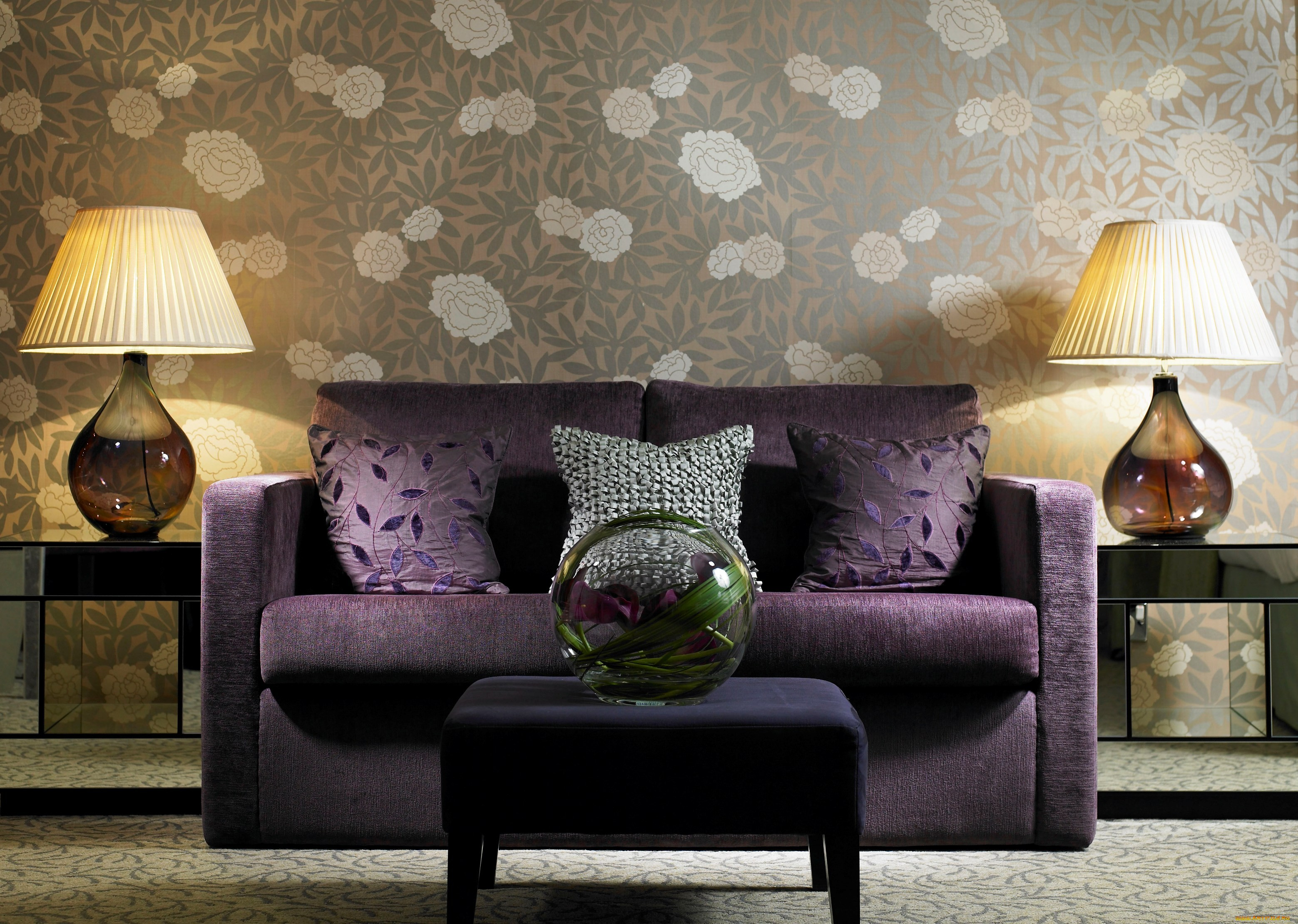 Фиолетовый диван в интерьере фото
