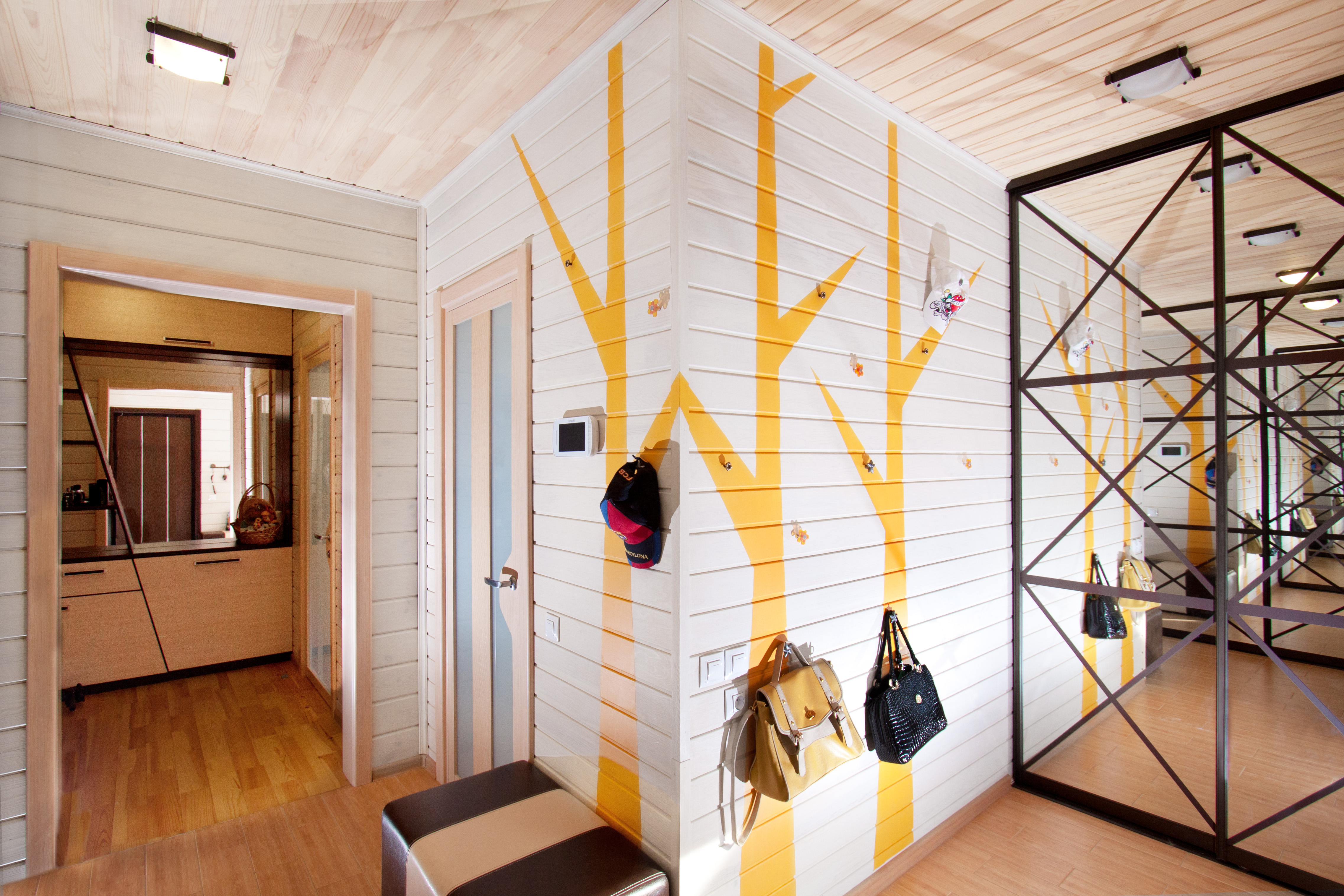 Дизайн стен в холле частного дома
