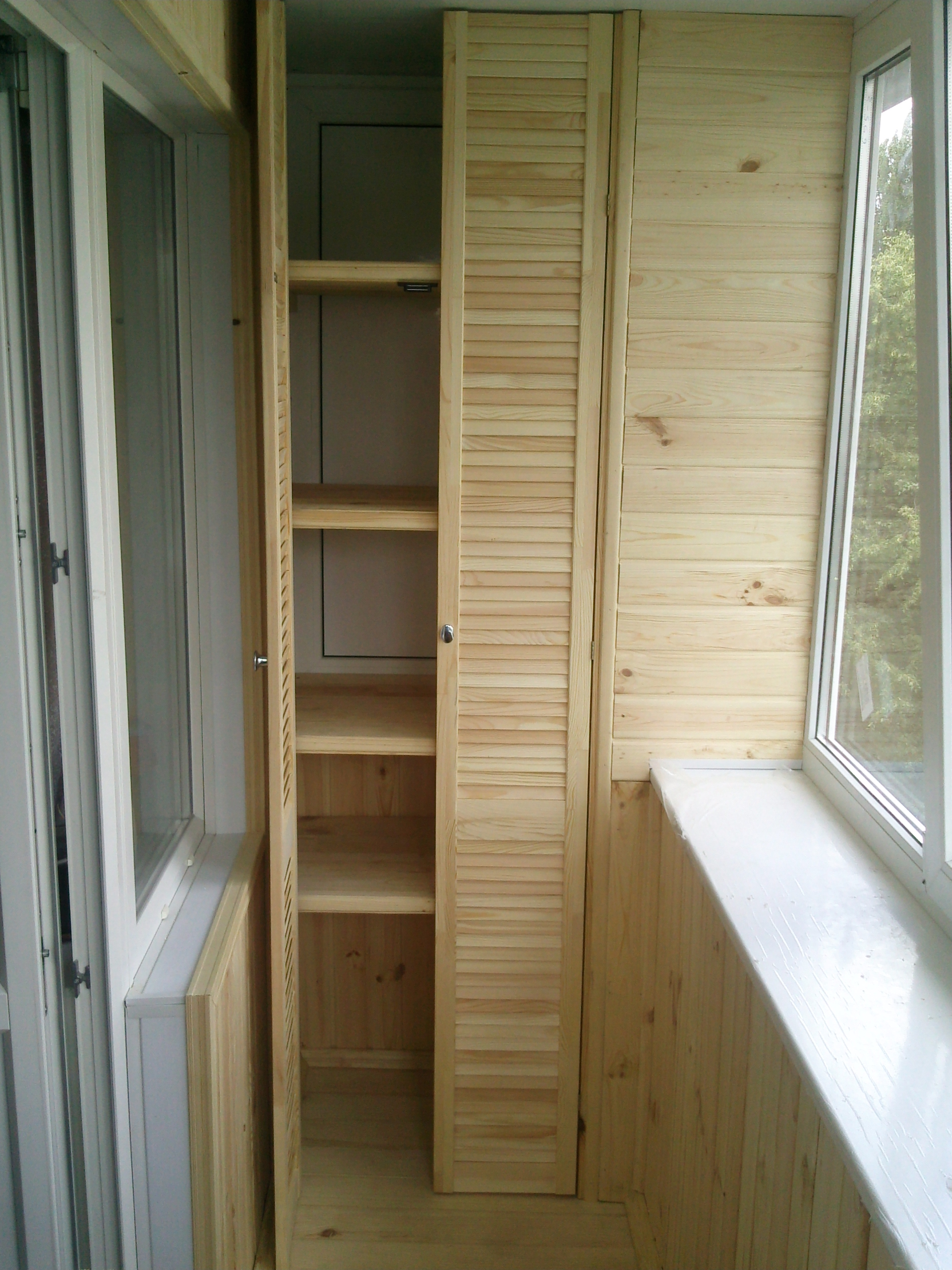 Шкаф на балкон дерево..