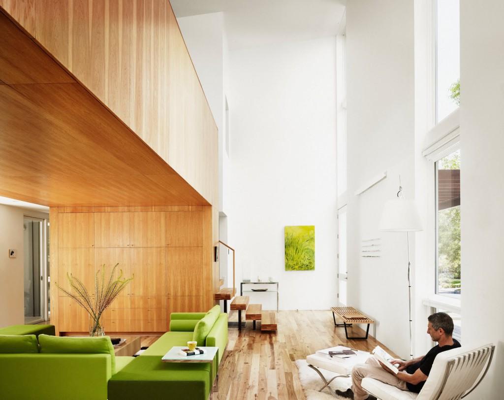 - спальня требует осторожности в использовании этого цвета; его переизбыток в отделке стен может навеять тоску, но если подобрать верное сочетание, этот цвет станет хорошим дополнением к другим оттенкам; - чересчур насыщенные тона не подходят для оформления больших площадей стен; если хочется, например, выбрать изумрудно-зеленые обои, ковер, потолок, римские шторы, стены, то пусть это будет очень светлый или зелено-серый тон. - <a href=