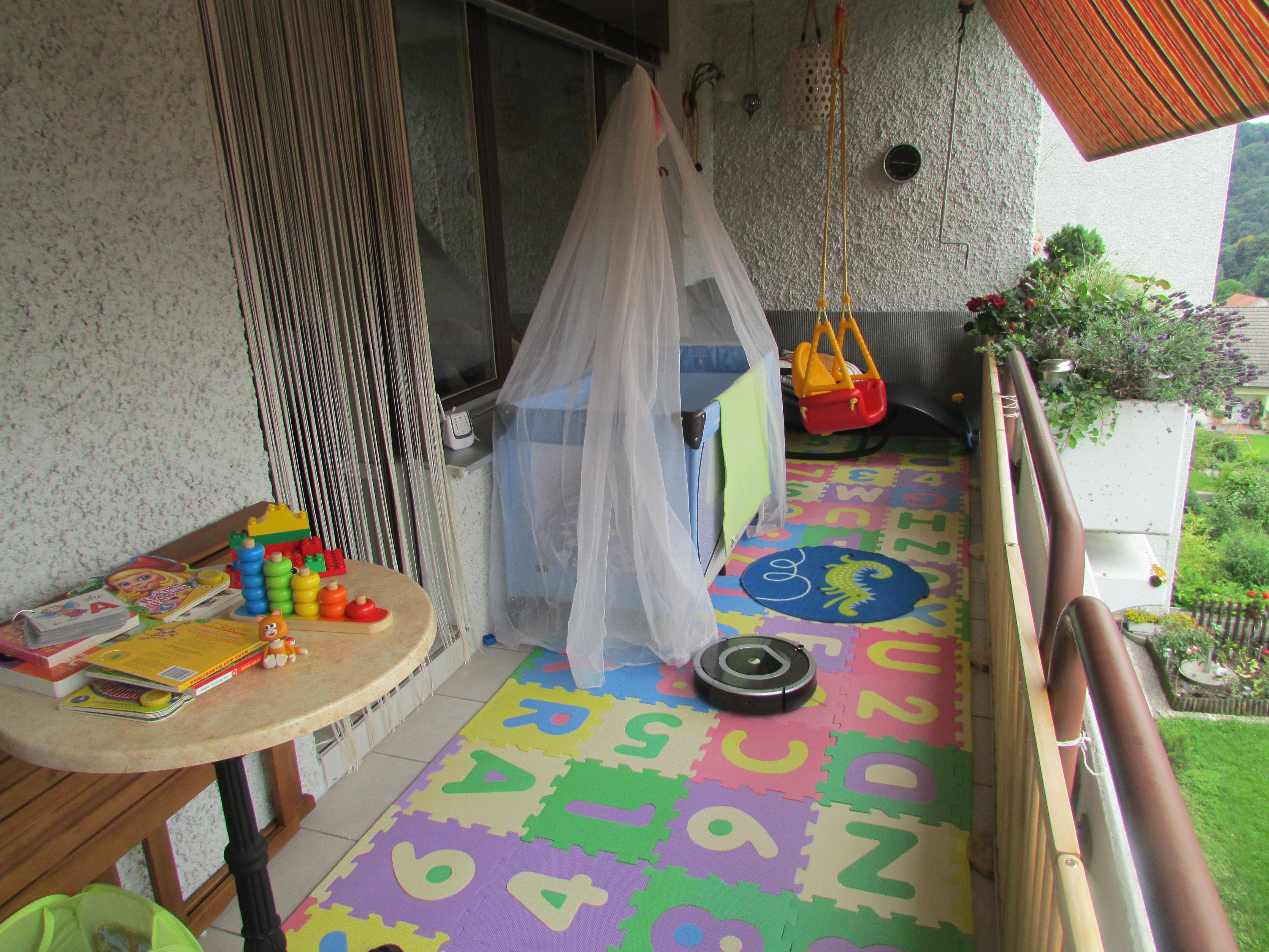 Интерьер детской игровой комнаты на балконе - фото.