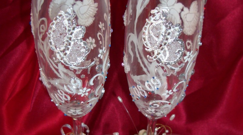 Украсить бокалы для жениха и невесты своими руками