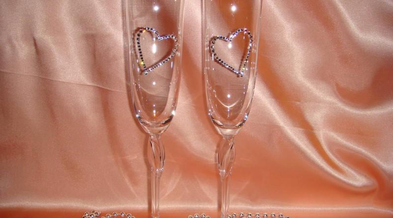 Как стразами украсить бокалы на свадьбу своими руками фото пошагово 38
