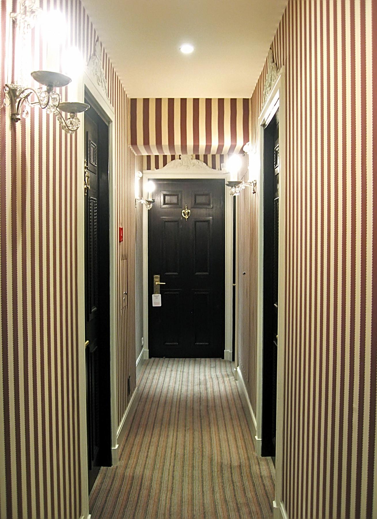 обои в полоску в коридоре фото