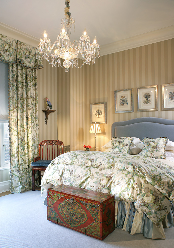 кровать и картины
