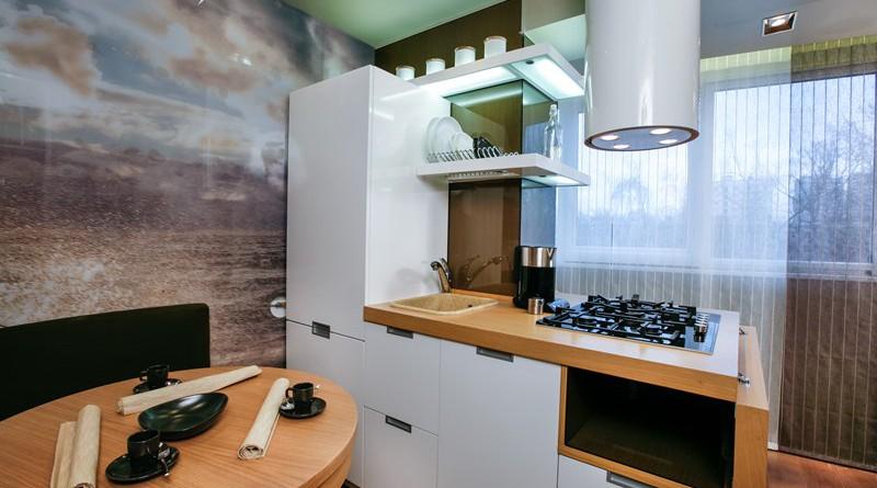 холодильник и стол