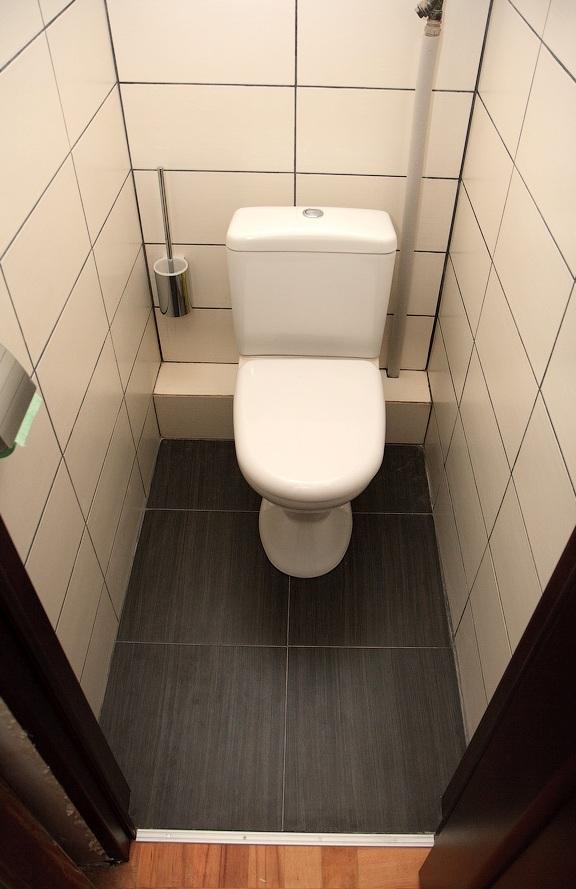 дизайн туалета с темным унитазом