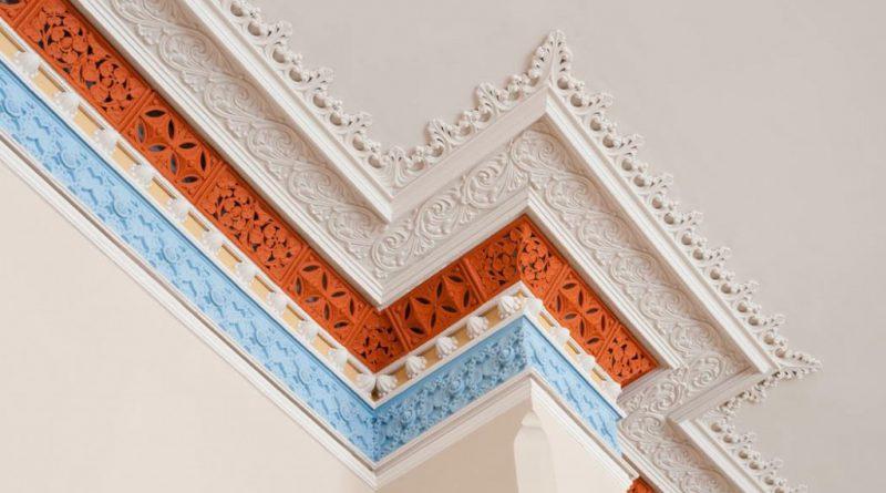 Как установить светодиодную ленту за потолочный плинтус