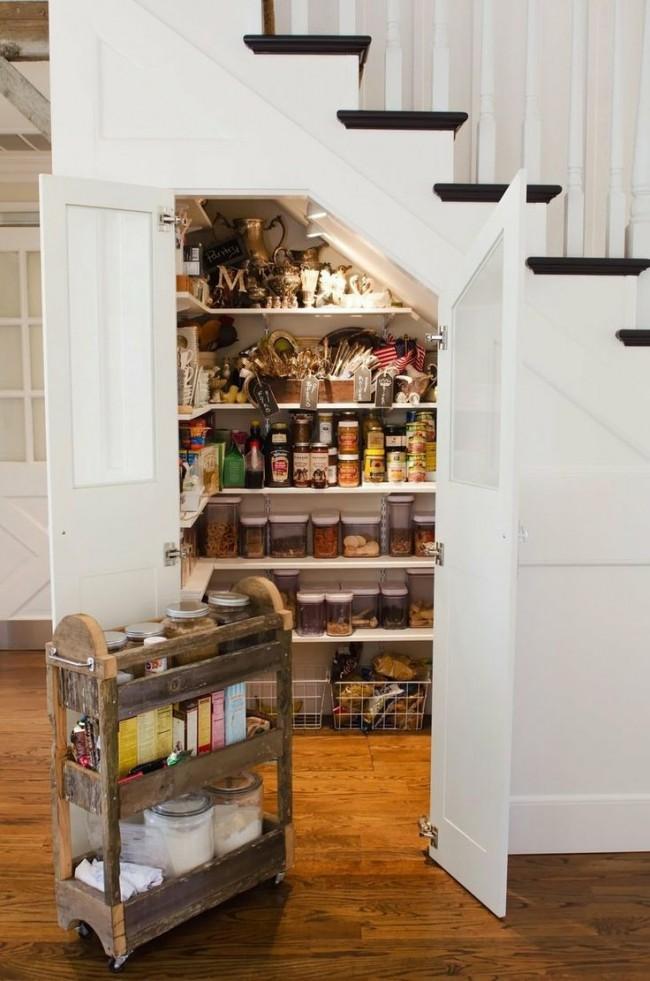 Как сделать кладовку под лестницей на даче