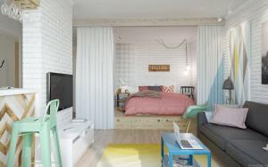 диван и ноутбук