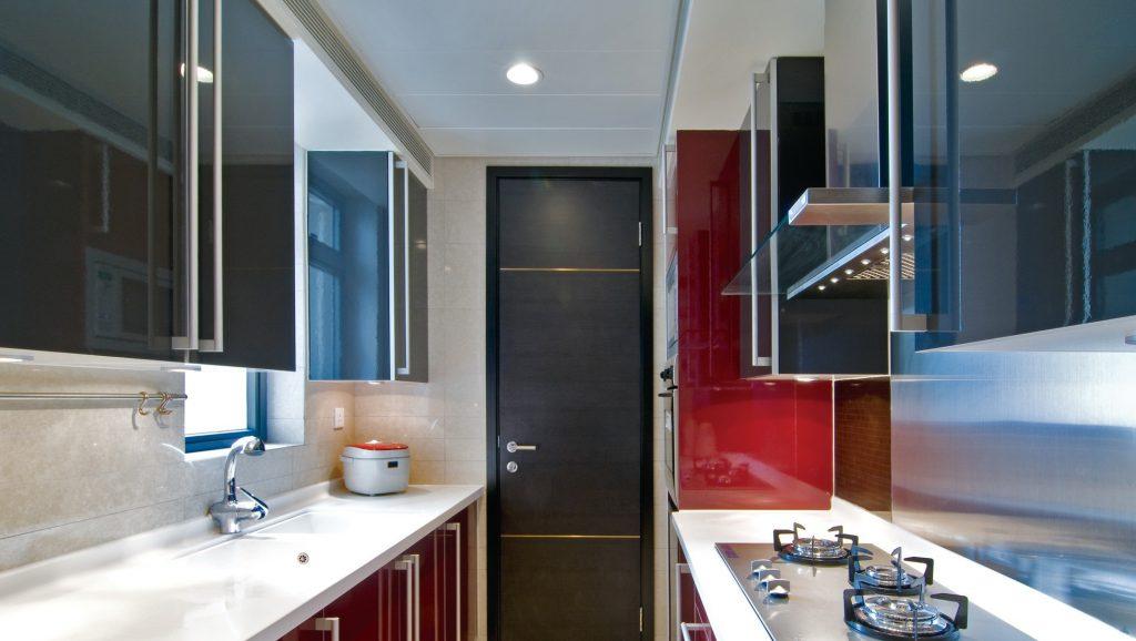 темная кухонная мебель