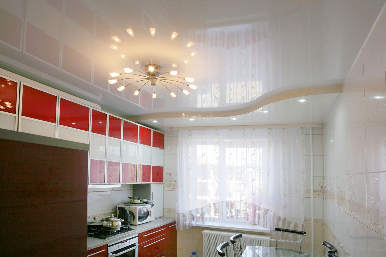Дизайны натяжных потолков для кухни