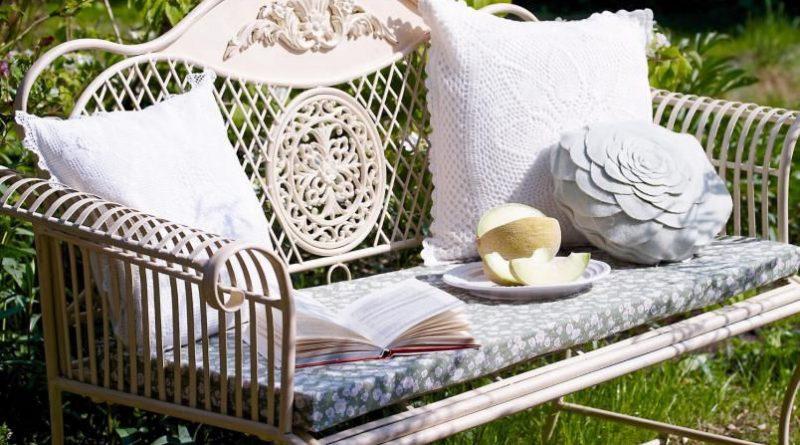 скамейка с подушками