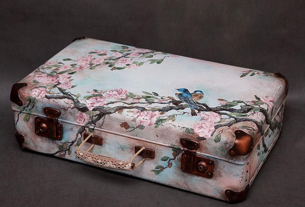 Декупаж старого чемодана фото 5