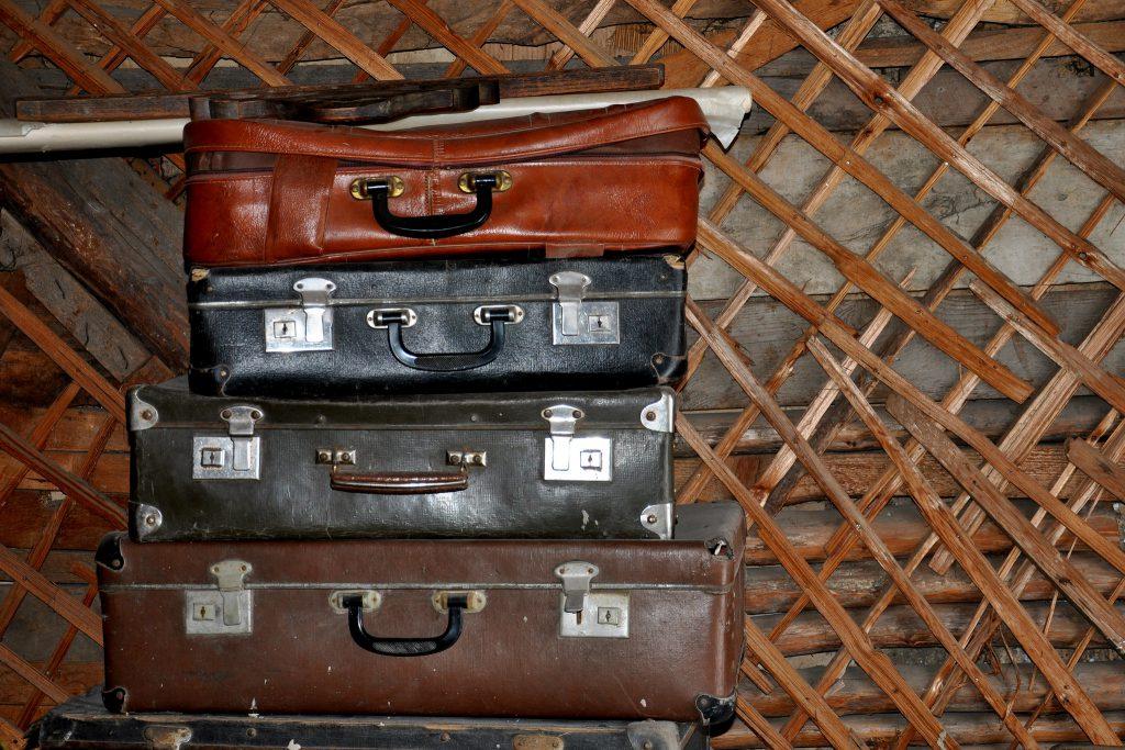 В качестве декора в технике декупажа может служить старый чемодан