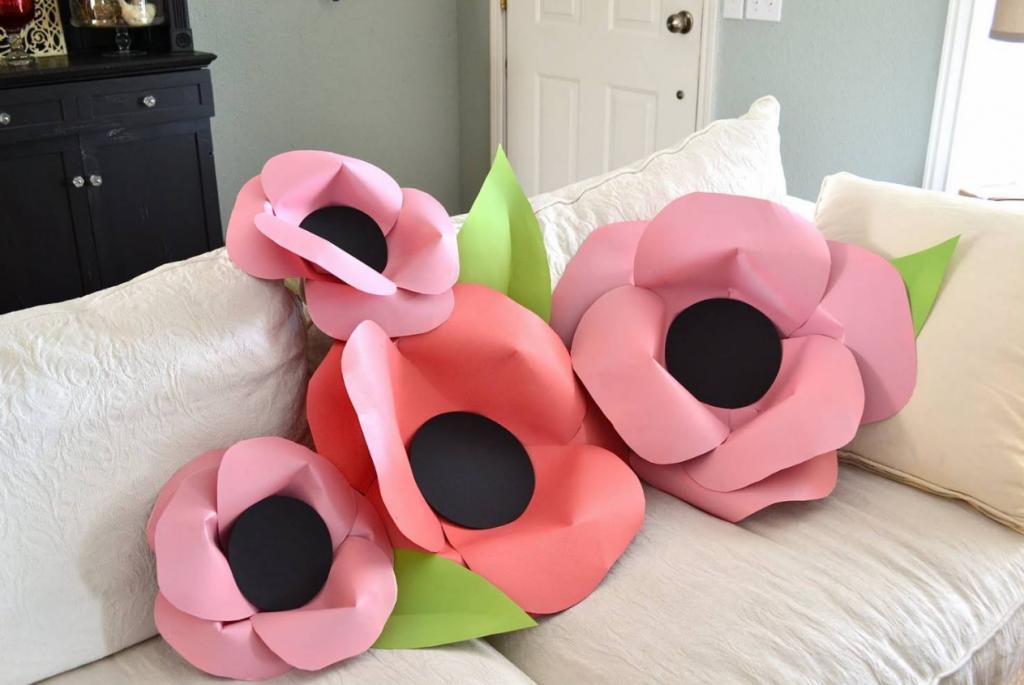 Украшение детской декоративными цветами