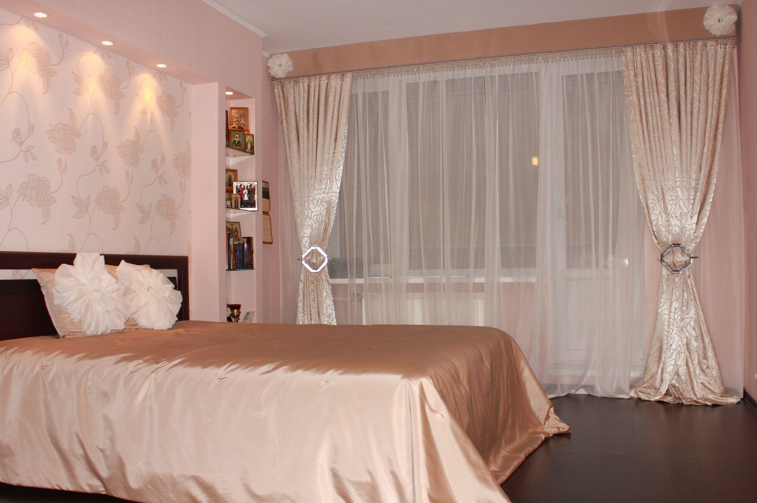 Шторы в спальню с балконом: стиль оформления и цветовые отте.