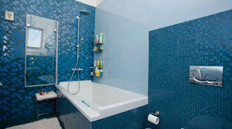 Дизайн ванн с голубыми панелями