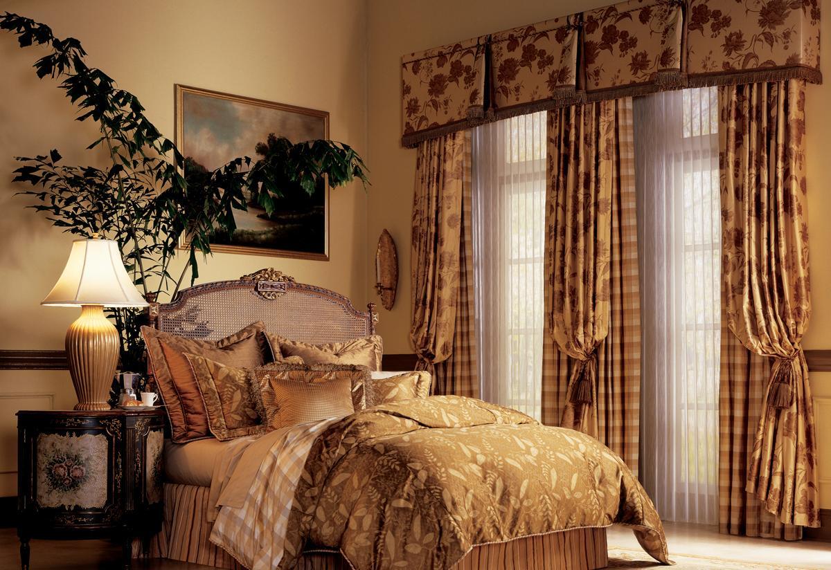 Шторы в спальню с балконом: стиль оформления и цветовые оттенки