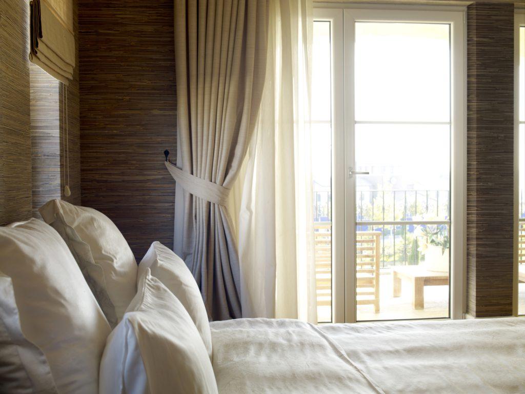Шторы для спальни с балконом
