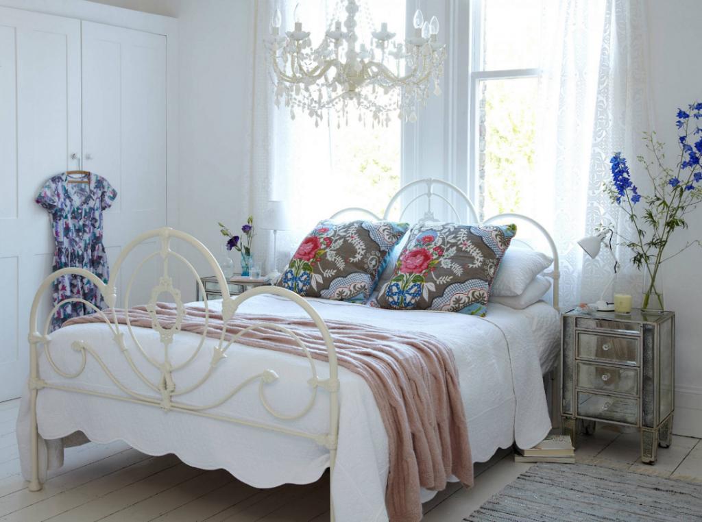 Белая кованая кровать в интерьере спальни фото