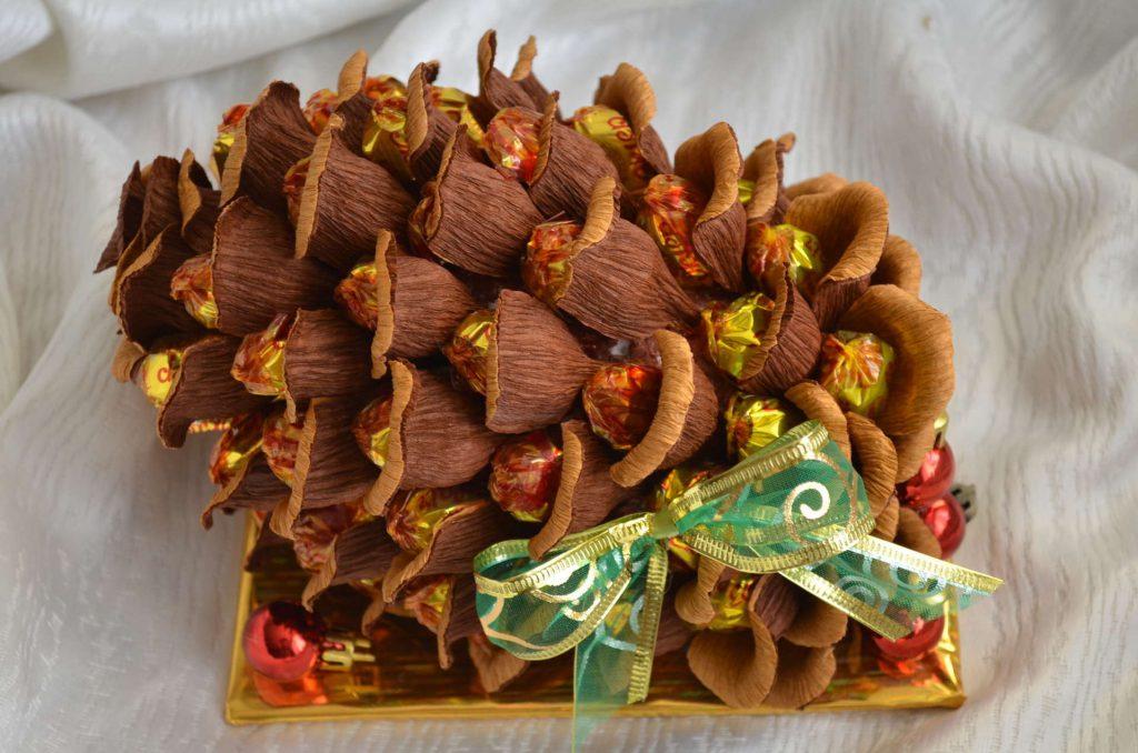 Новогодние подарки из гофрированной бумаги и конфет 75