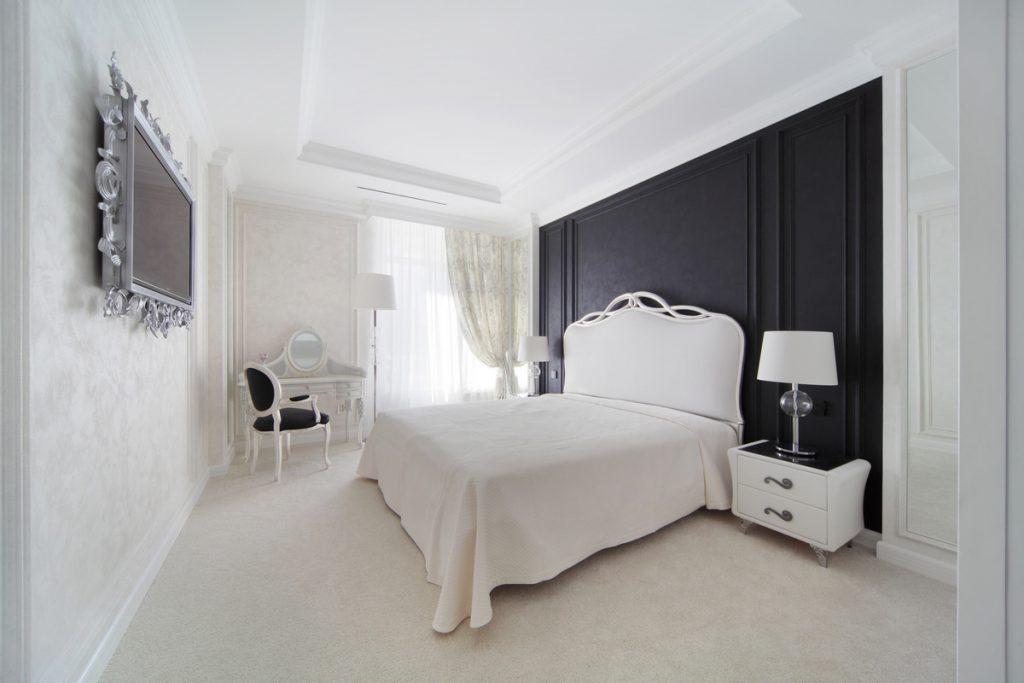 Черно белый интерьер спальни