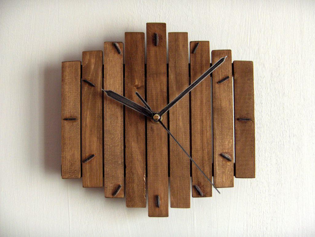 Часы из деревянных панелей