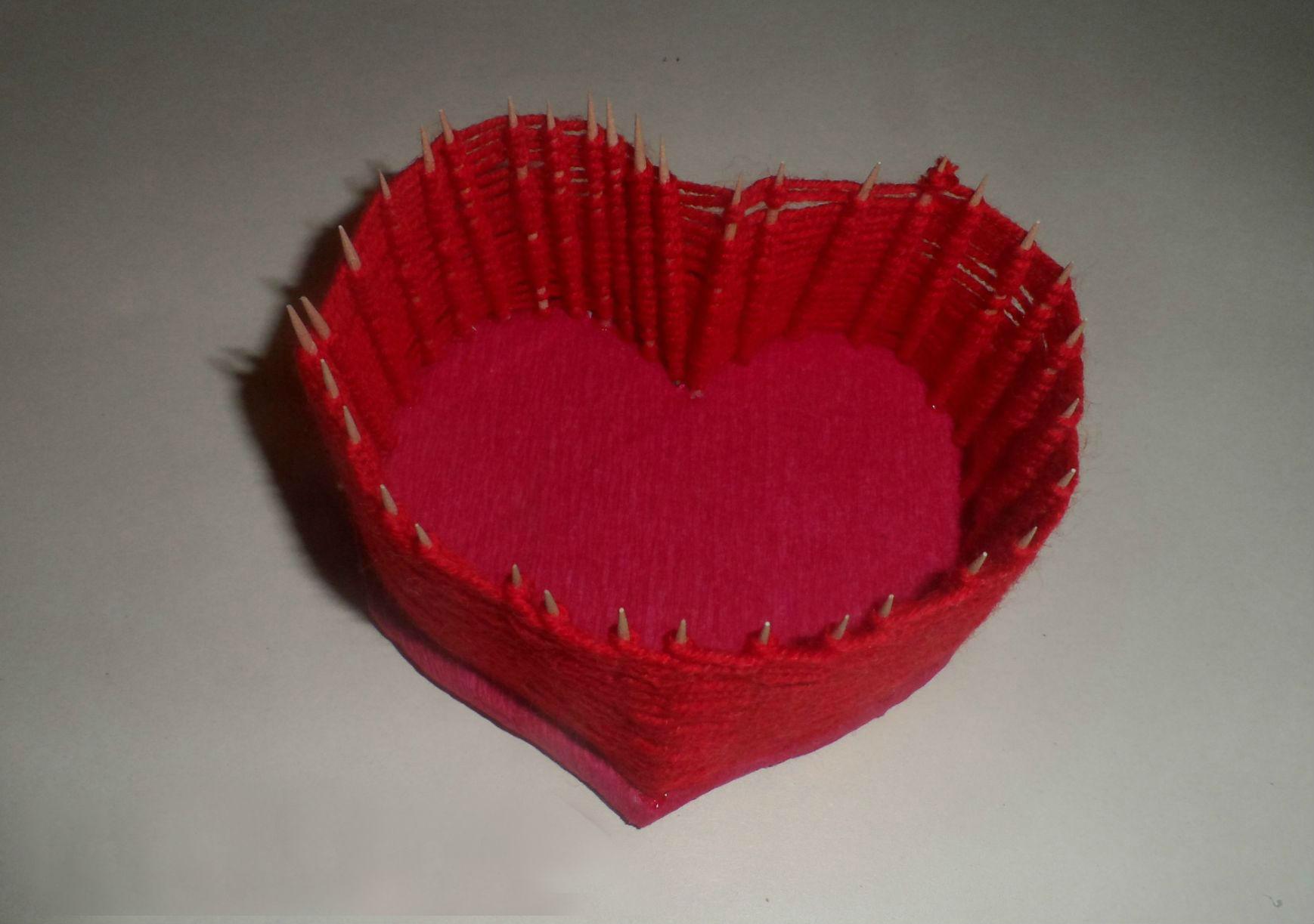 Поделка из зубочисток ниток и картона