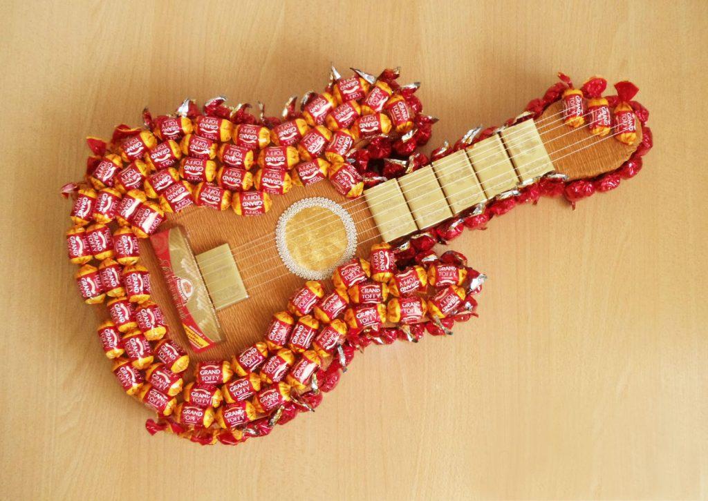 Гитара с конфетами в качестве подарка