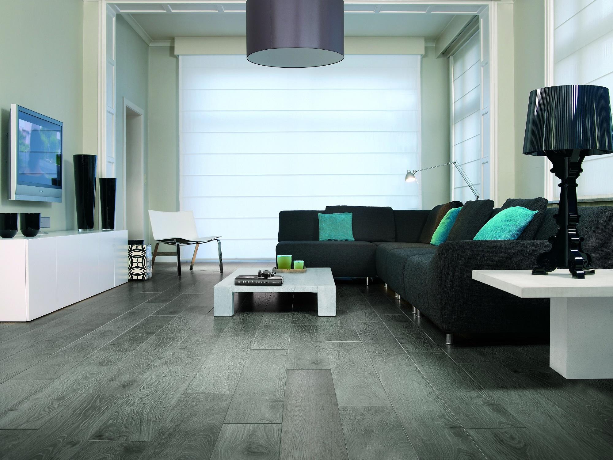 Серые стены и коричневый пол в интерьере