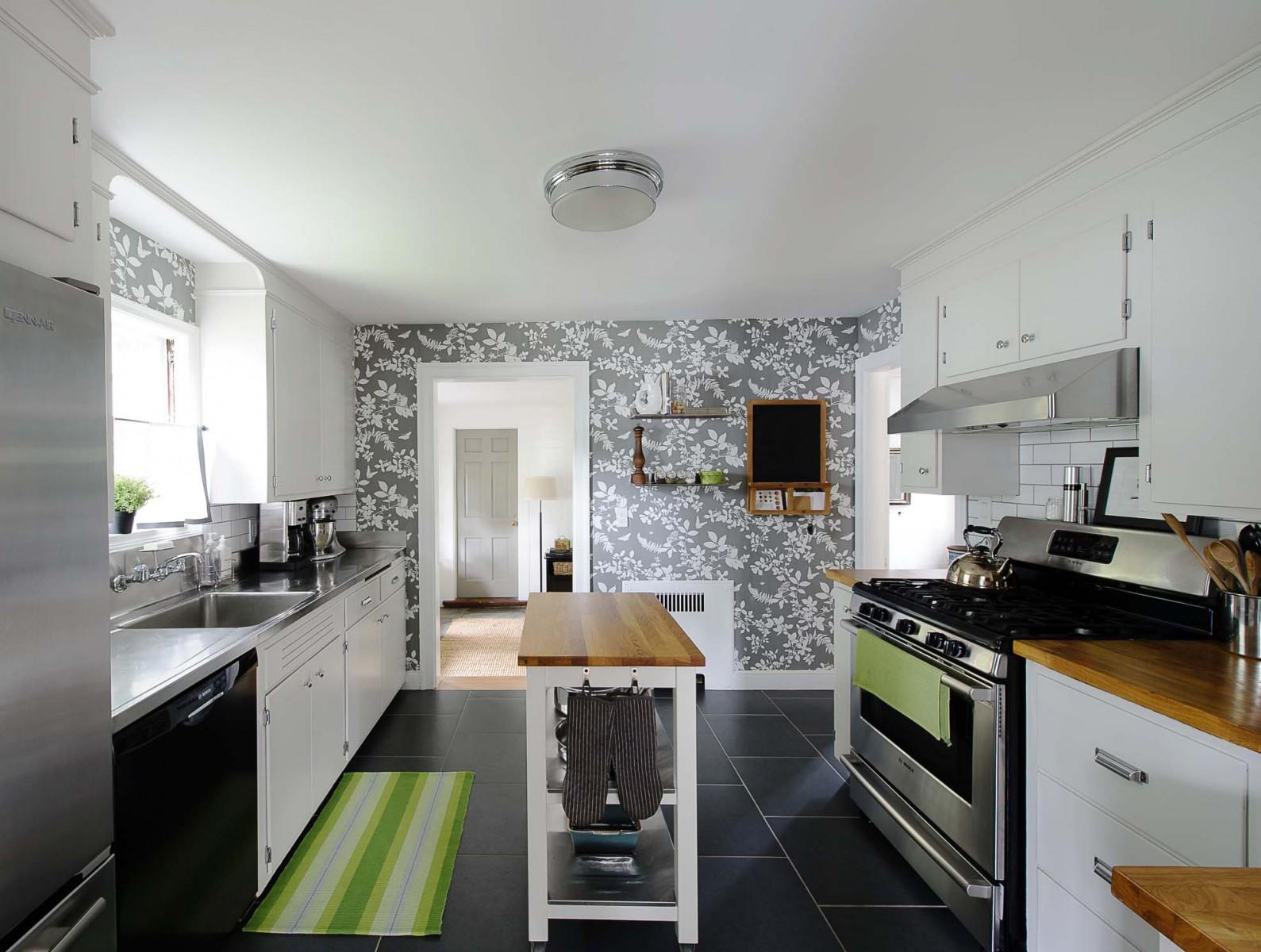 Обои на белую кухню фото в интерьере
