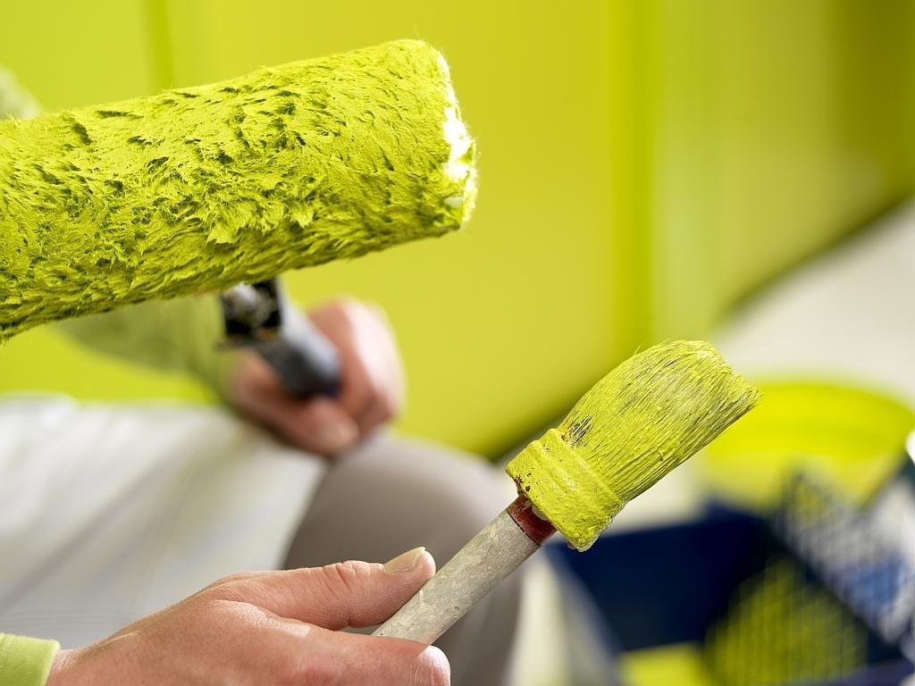 Правильный выбор обоев под покраску: виды материалов и технология окрашивания