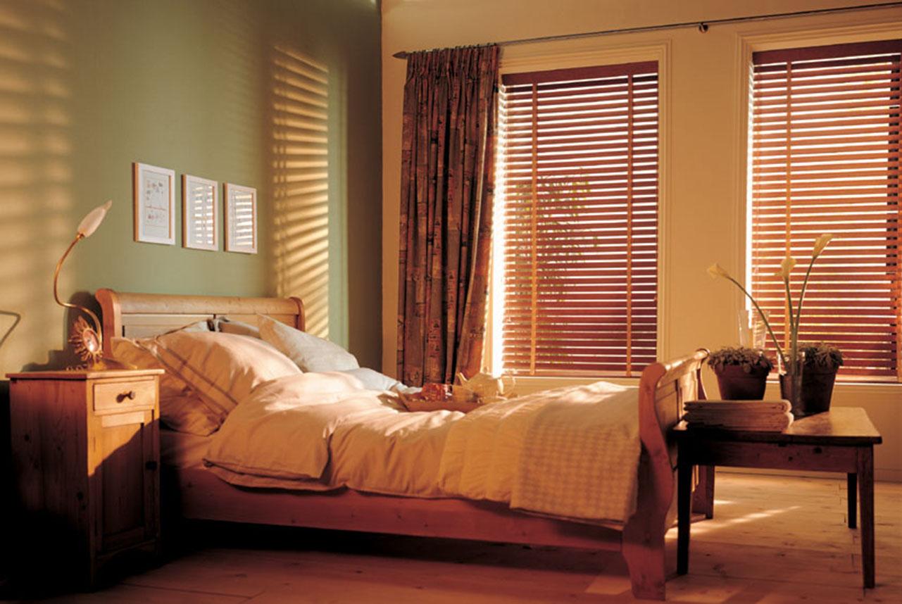 Горизонтальные жалюзи в интерьере спальни фото
