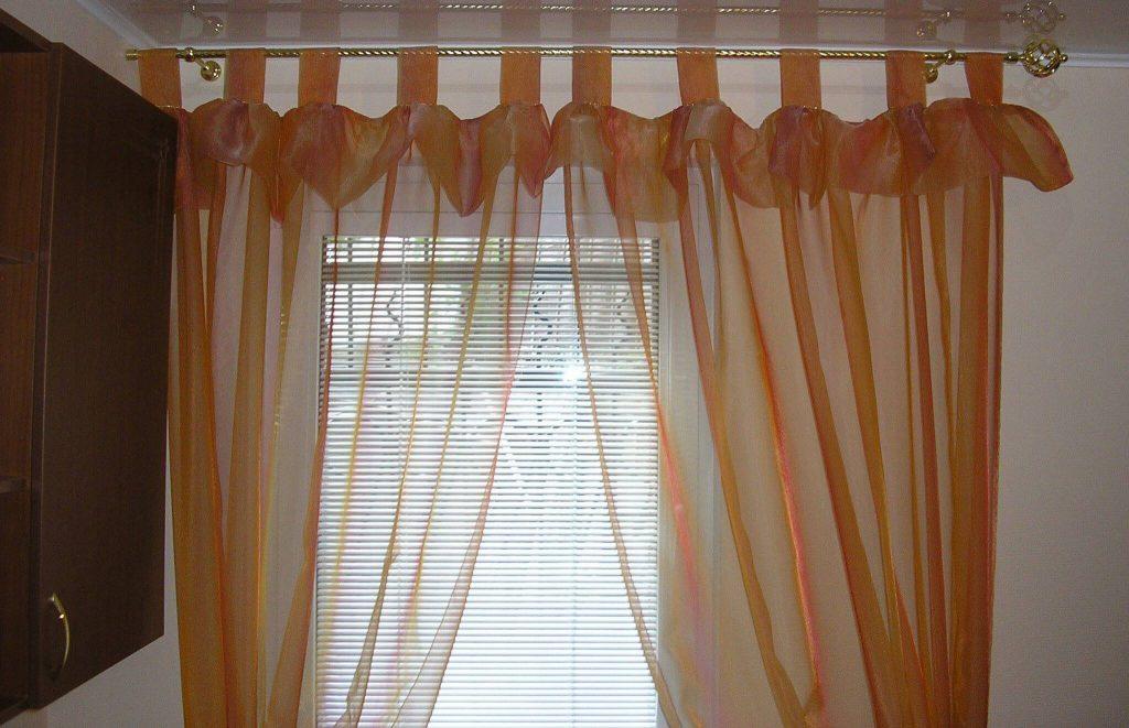 Выбор штор на маленькое окно: рекомендации и стили оформления