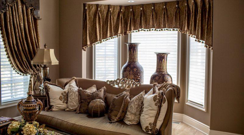 Шторы для эркерного окна: советы по выбору типа полотна, ткани и карниза