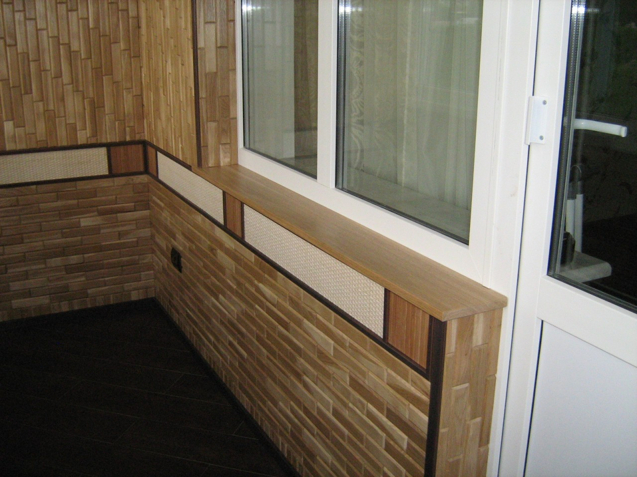 Декоративный камень на балконе: технология отделки и преимущ.